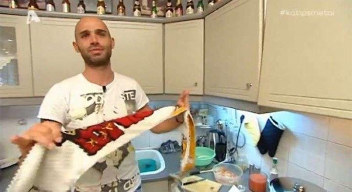Τρελός ΑΕΚτζής μαγειρεύει τραγουδώντας συνθήματα της ΑΕΚ (VIDEO)
