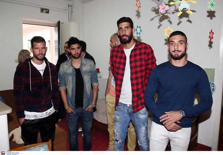 ΦΩΤΟ από την επίσκεψη των ποδοσφαιριστών της ΑΕΚ στο «ΜΗΤΕΡΑ»