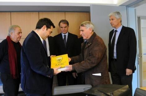 Εδωσαν δώρο στον Τσίπρα το βιβλίο της ιστορίας της ΑΕΚ