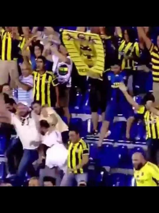 Σήκωσαν σημαία της ΑΕΚ οι οπαδοί της Φενέρ