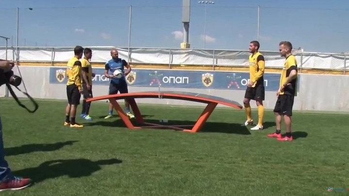 Μπάγεβιτς και παίκτες παίζουν το σύγχρονο... ποδοβόλεϊ στα Σπάτα (VIDEO)