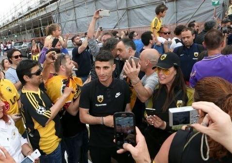 Χαμός κατά την άφιξη της πρωταθλήτριας ΑΕΚ στην Κέρκυρα (ΦΩΤΟ)