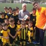 Επίσκεψη του Μίμη Παπαϊωάννου στους αθλητές του Nestoras FC (ΦΩΤΟ)