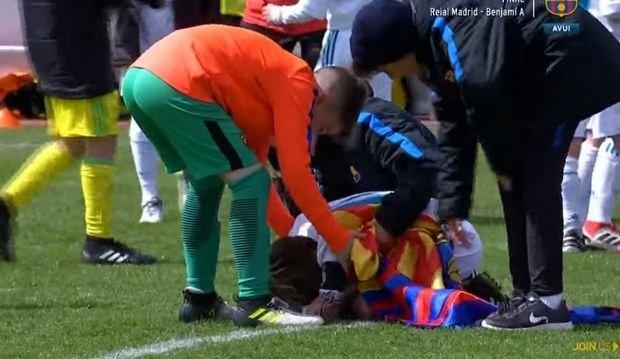 """Ποδοσφαιρικός πολιτισμός: Οι """"μικροί"""" της Μπαρτσελόνα παρηγορούν αυτούς της Ρεάλ! (VIDEO)"""