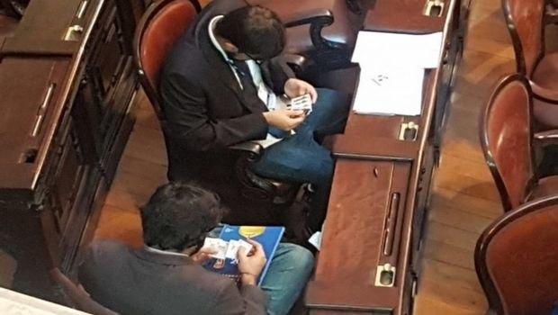 Βραζιλιάνοι βουλευτές ανταλλάσσουν «χαρτάκια» του Μουντιάλ μέσα στη Βουλή (VIDEO)
