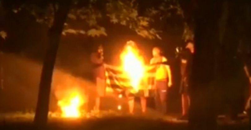 Αναρχικοί έκαψαν την ελληνική σημαία στα Εξάρχεια (VIDEO)