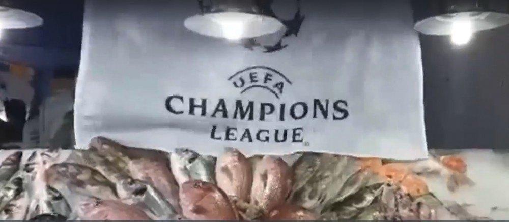 Επικές στιγμές: Το σεντόνι και ο ύμνος του Champions League στο πιο... ΑΕΚ ιχθυοπωλείο! (VIDEO)