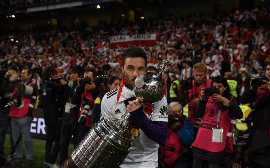 Ο Σκόκο αγκαλιά με το τρόπαιο του Κόπα Λιμπερταδόρες! (ΦΩΤΟ)