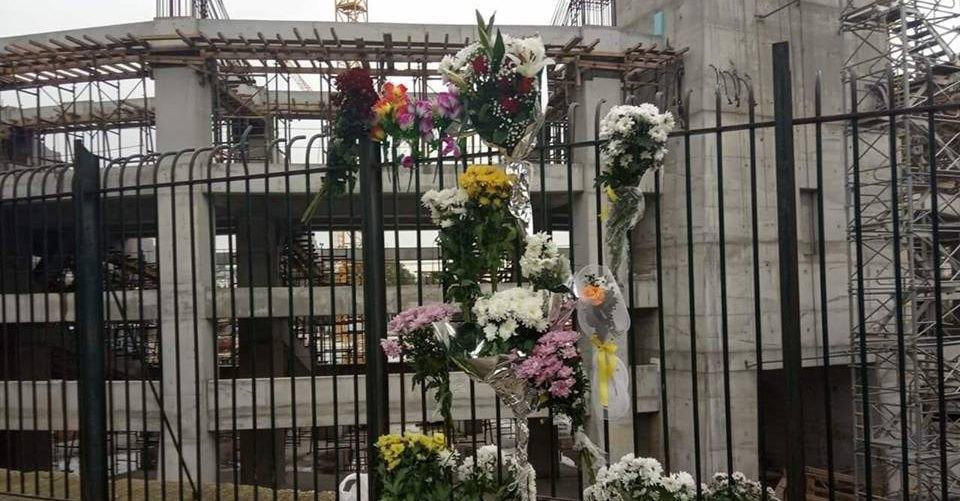 Ο κόσμος της ΑΕΚ συρρέει στη Νέα Φιλαδέλφεια και αφήνει λουλούδια