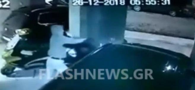 Η στιγμή του άγριου ξυλοδαρμού μίας γυναίκας στα Χανιά από άγνωστο δράστη (VIDEO)