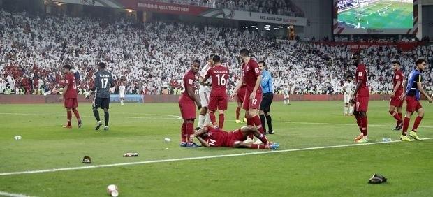Έχασε η Εθνική τους και πέταξαν τα παπούτσια τους στους παίκτες του Κατάρ (ΦΩΤΟ-VIDEO)