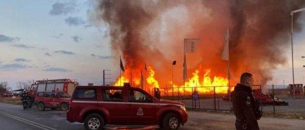 Φόβοι για έκρηξη σε εργοστάσιο που φλέγεται στη Λάρισα (VIDEO)