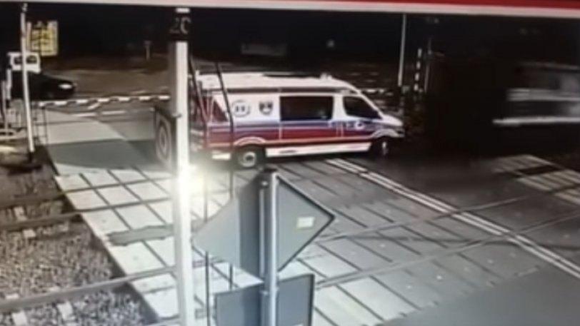Αμαξοστοιχία παρέσυρε ασθενοφόρο στη Πολωνία! (VIDEO)