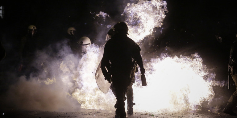 Επεισόδια στα Εξάρχεια μετά την πορεία για Κουφοντίνα -Μολότοφ και δακρυγόνα