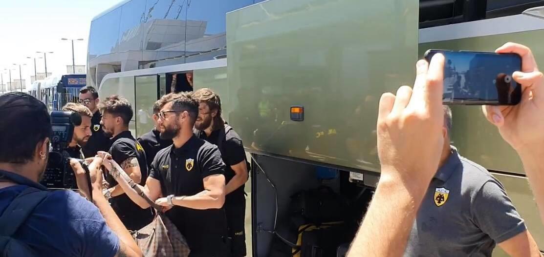 Eφτασε στο «Ελευθέριος Βενιζέλος» και αναχωρεί για Κιέλτσε η ΑΕΚ (VIDEO)