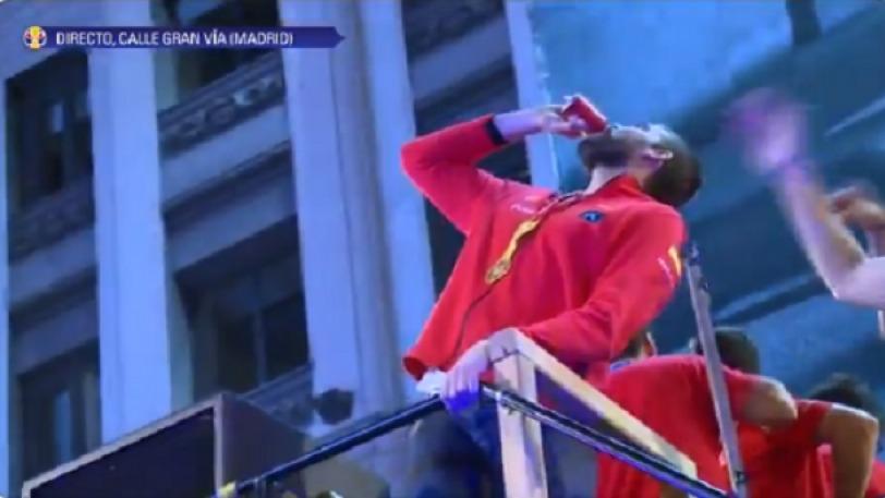 Ξέδωσε ο Γκασόλ, χόρευε και έπινε τις μπύρες μονορούφι! (VIDEO)