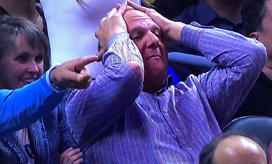 Έσκισε το πουκάμισό του στο ματς με τους Λέικερς ο ιδιοκτήτης των Κλίπερς (VIDEO)