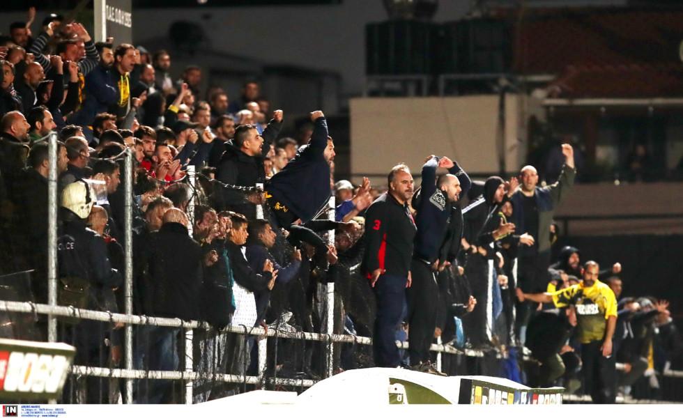 Οι παίκτες της ΑΕΚ στάθηκαν σιωπηλοί μπροστά από τον θυμωμένο κόσμο! (ΦΩΤΟ)