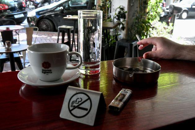 1142: Μπήκε το πρώτο πρόστιμο σε πελάτη που κάπνιζε στην Λαμία