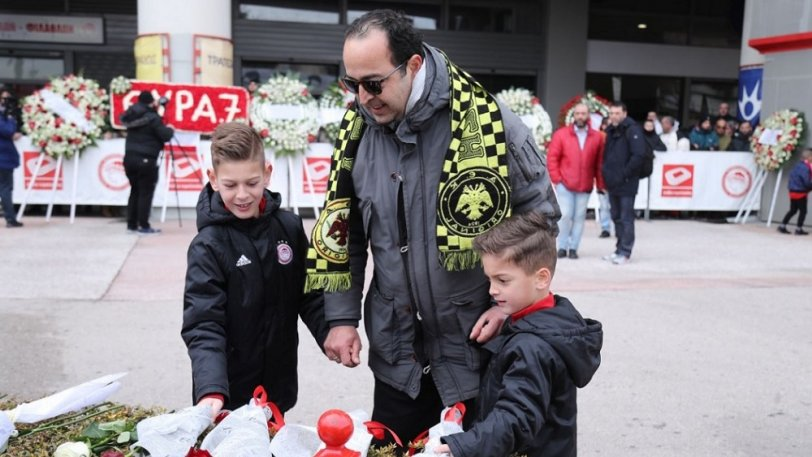 Πατέρας με κασκόλ της ΑΕΚ τίμησε με τους γιους του τη μνήμη των θυμάτων της Θύρας 7 (ΦΩΤΟ)