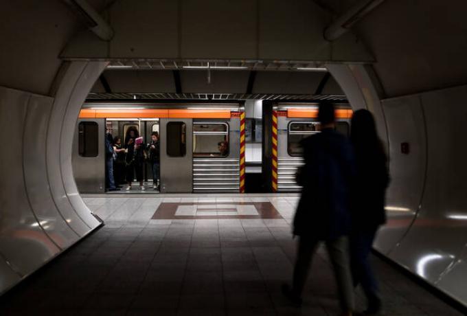«Εισβολή» κουκουλοφόρων στο μετρό της Ακρόπολης – Βανδαλισμοί σε αγάλματα