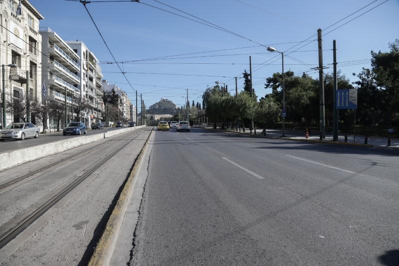 Αθήνα: Μια πόλη-φάντασμα λόγω κορωνοϊού -Αδειοι δρόμοι, μάσκες παντού (ΦΩΤΟ)