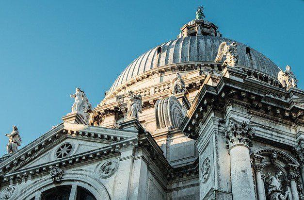 Κλείνουν οι ρωμαιοκαθολικές εκκλησίες στην Ιταλία λόγω κορωνοϊού