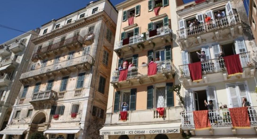 Κορωνοϊός: Τήρησαν το έθιμο με το σπάσιμο των κανατιών στην Κέρκυρα (VIDEO)