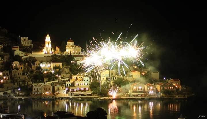 Έλαμψε ο ουρανός στην Σύμη: Ανάσταση με πυροτεχνήματα! (ΦΩΤΟ)