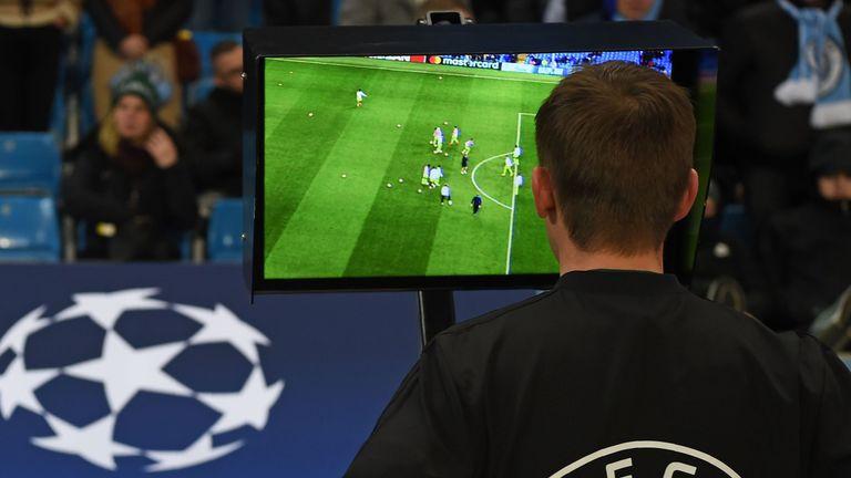 Πρόταση να συνεχιστούν χωρίς VAR το Champions League και το Europa League