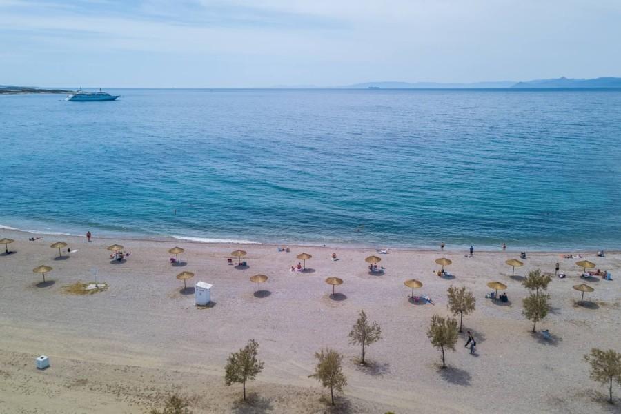 Η παραλία της Γλυφάδας προετοιμάζεται για το καλοκαίρι: Νέα άμμος και ομπρέλες σε απόσταση (ΦΩΤΟ)
