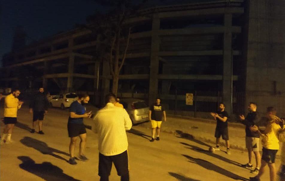 Η ομάδα ράγκμπι της ΑΕΚ προπονήθηκε έξω από την «Αγιά Σοφιά» φωνάζοντας συνθήματα (ΦΩΤΟ)