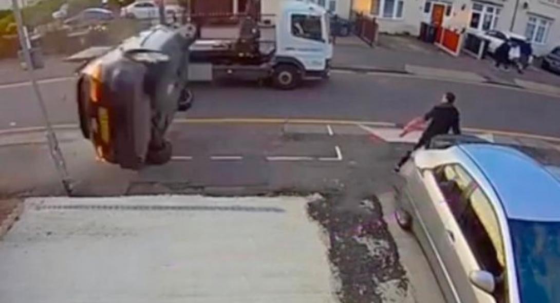 Σοκαριστικό ατύχημα: Πεζός βρίσκεται δίπλα σε τρακάρισμα και γλιτώνει για λίγο από… ιπτάμενο ΙΧ (VIDEO)