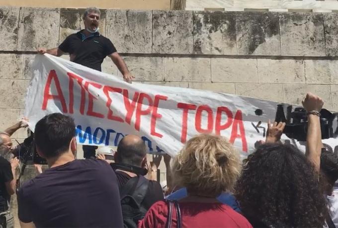 Ένταση στη Βουλή - Διαδηλωτές επιχείρησαν να ανέβουν τα σκαλιά στον Άγνωστο Στρατιώτη (VIDEO)