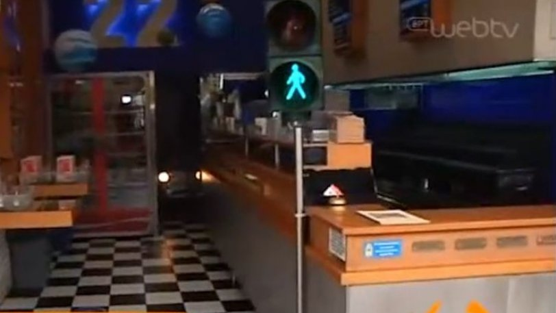 ΕΠΟΣ: Σουβλατζής έβαλε φανάρι στο κατάστημα για την τήρηση των αποστάσεων