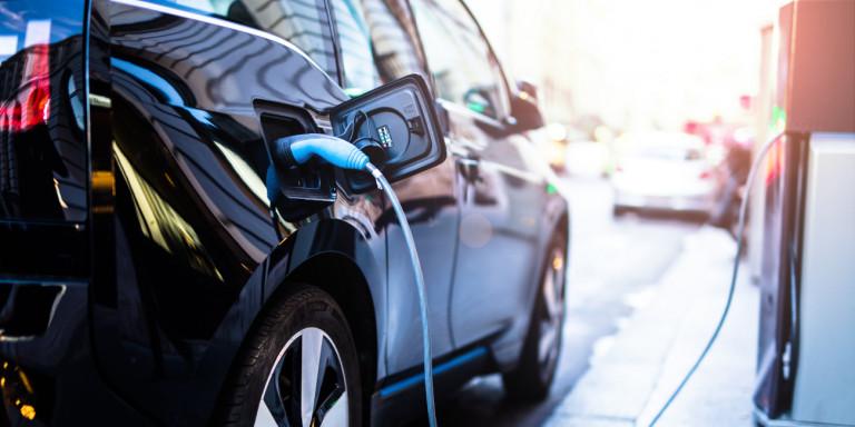 Ηλεκτρικά αυτοκίνητα, σκούτερ και ποδήλατα: Τι επιδοτήσεις θα ανακοινώσει η κυβέρνηση -Αναλυτικά τα ποσά