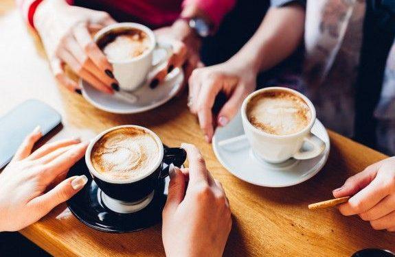 Σε ποια προϊόντα μειώνεται ο ΦΠΑ από τη Δευτέρα-Φθηνότερος καφές και εισιτήρια