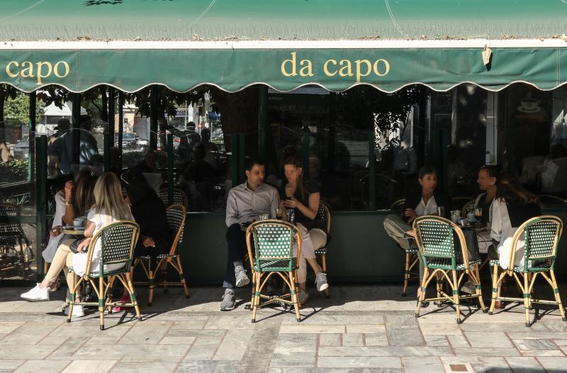 Αρση μέτρων: Για καφέ στο Κολωνάκι με το άνοιγμα της εστίασης -Γεμάτα τραπέζια με αποστάσεις