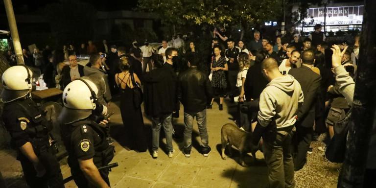 Νέο «καμπανάκι» Χαρδαλιά για τον συνωστισμό στις πλατείες: «Διακινδυνεύονται ζωές -Δεν είναι αντίσταση και μαγκιά»