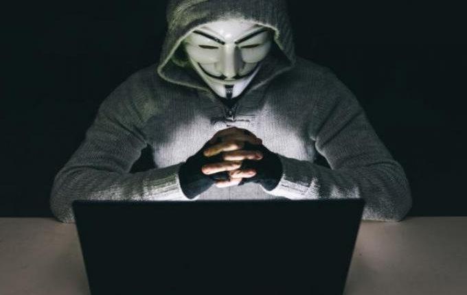 «Βόμβες μεγατόνων» από τους Anonymous: Εμπλέκουν πασίγνωστα ονόματα στο δίκτυο παιδεραστίας του Επστάιν