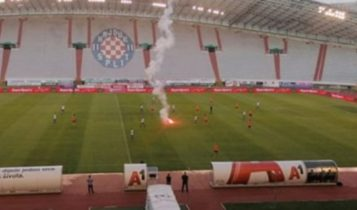Εγινε και αυτό: Οπαδοί της Χάιντουκ εκσφενδόνισαν φωτοβολίδα σε ματς κεκλεισμένων των θυρών (ΦΩΤΟ)