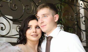 Μια 35χρονη influencer παντρεύτηκε τον 20χρονο θετό γιο της