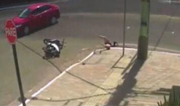 Συγκλονιστικό τροχαίο: Αυτοκίνητο συγκρούεται με σκούτερ και η οδηγός πέφτει σε υπόνομο (VIDEO)
