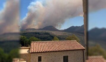Μεγάλη φωτιά στη Μάνη: Εκκενώθηκαν προληπτικά οικισμοί (VIDEO)