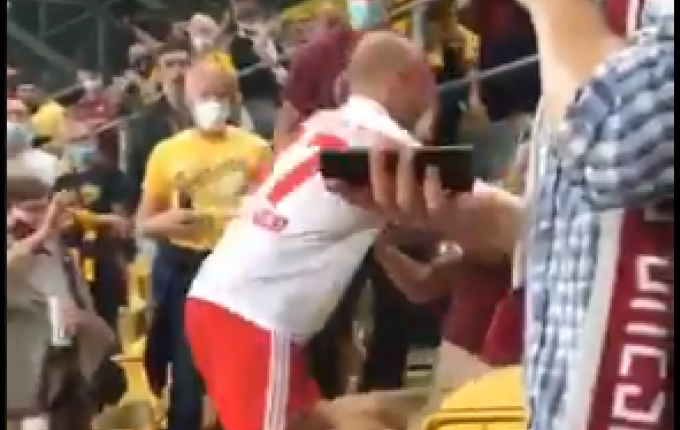 Απίστευτο σκηνικό: Παίκτης του Αμβούργου ανέβηκε στην κερκίδα και χτύπησε οπαδό (VIDEO)