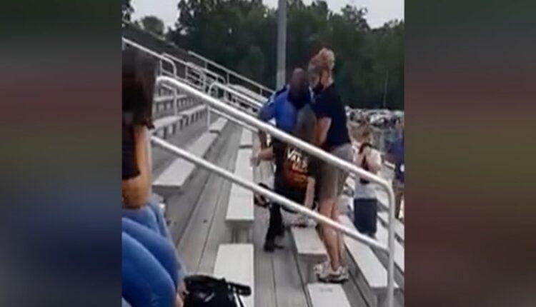 Αστυνομικός χτύπησε με taser γυναίκα σε γήπεδο επειδή δεν φορούσε μάσκα (VIDEO)