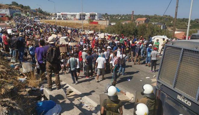 Λέσβος: Διαμαρτυρία μεταναστών - Ζητούν να φύγουν από το νησί (VIDEO)