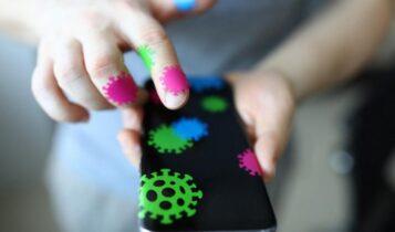 Ερευνα: Ο κορωνοϊός επιβιώνει έως 28 μέρες στις οθόνες των κινητών και άλλες επιφάνειες