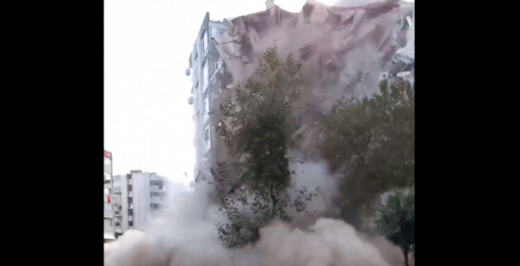 VIDEO-σοκ καταγράφει τη στιγμή της κατάρρευσης πολυκατοικίας στη Σμύρνη από το μεγάλο σεισμό της Σάμου