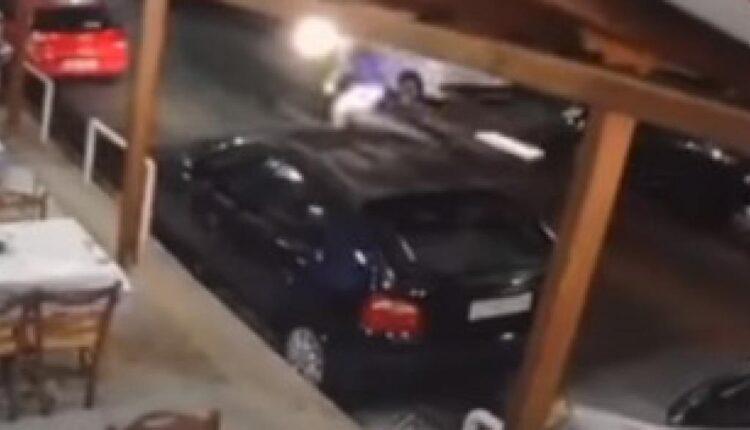 Η στιγμή που μηχανή παρασύρει σερβιτόρο (VIDEO)